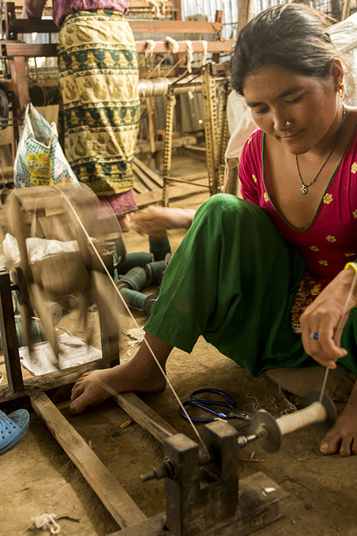 mujer-tejiendo-reducida