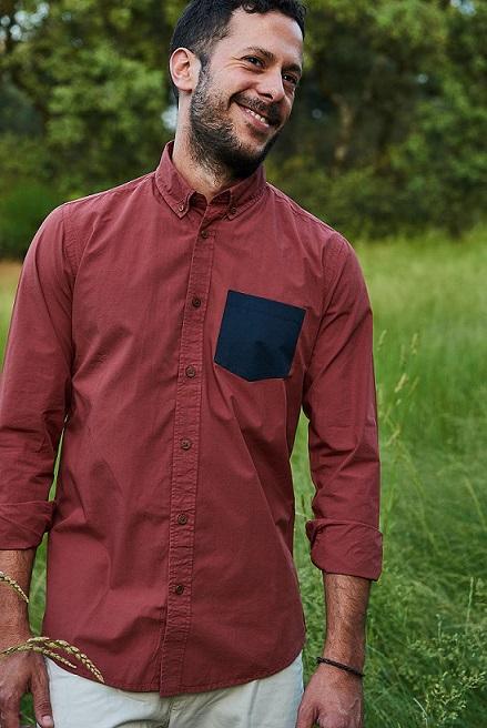 camisa-bolsillo-burdeos-moda-hombre-sostenible-algodon-organico